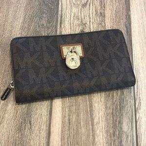 Michael Kors MK Hamilton zip wallet lock
